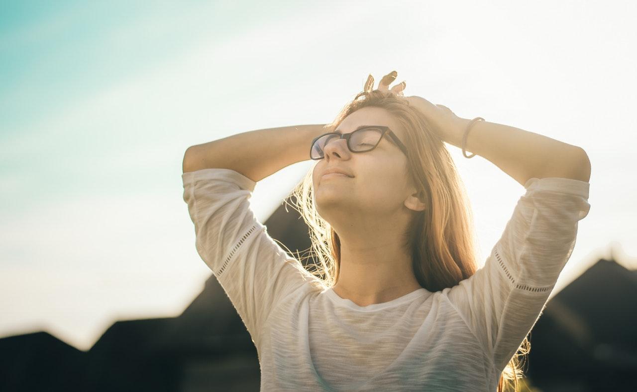 Når du skriver de gode ting ned hver dag husker din hjerne på dem. Det er positivitetstræning som er godt for din psyke!